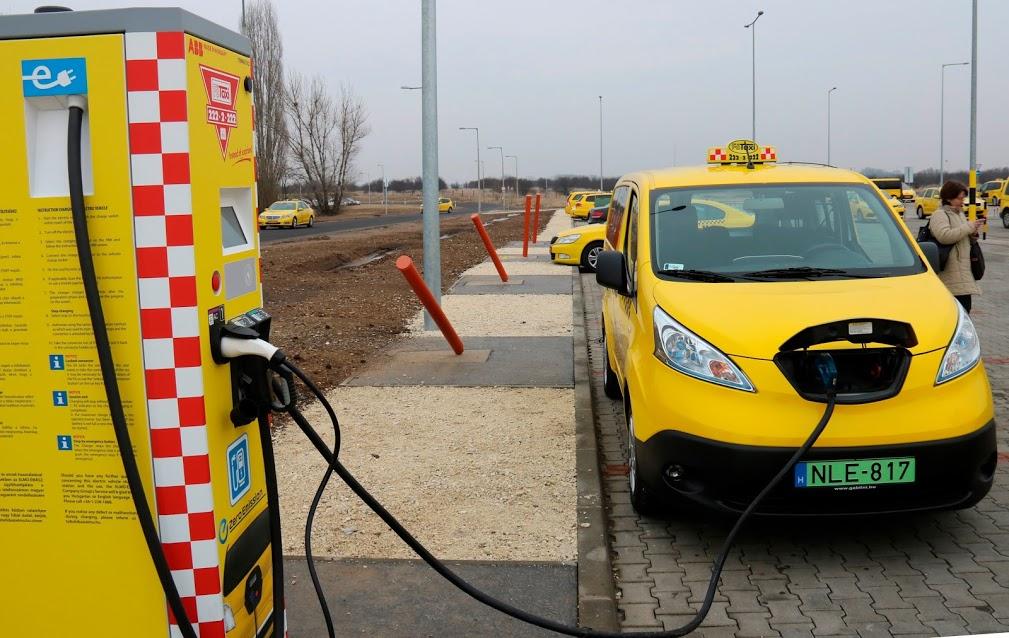 Elektromos autó töltőállomást adtak át a budapesti repülőtéren