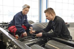 Scania Young Professionals néven saját ingyenes tehergépjármű képzést és ösztöndíj programot kínál a Scania