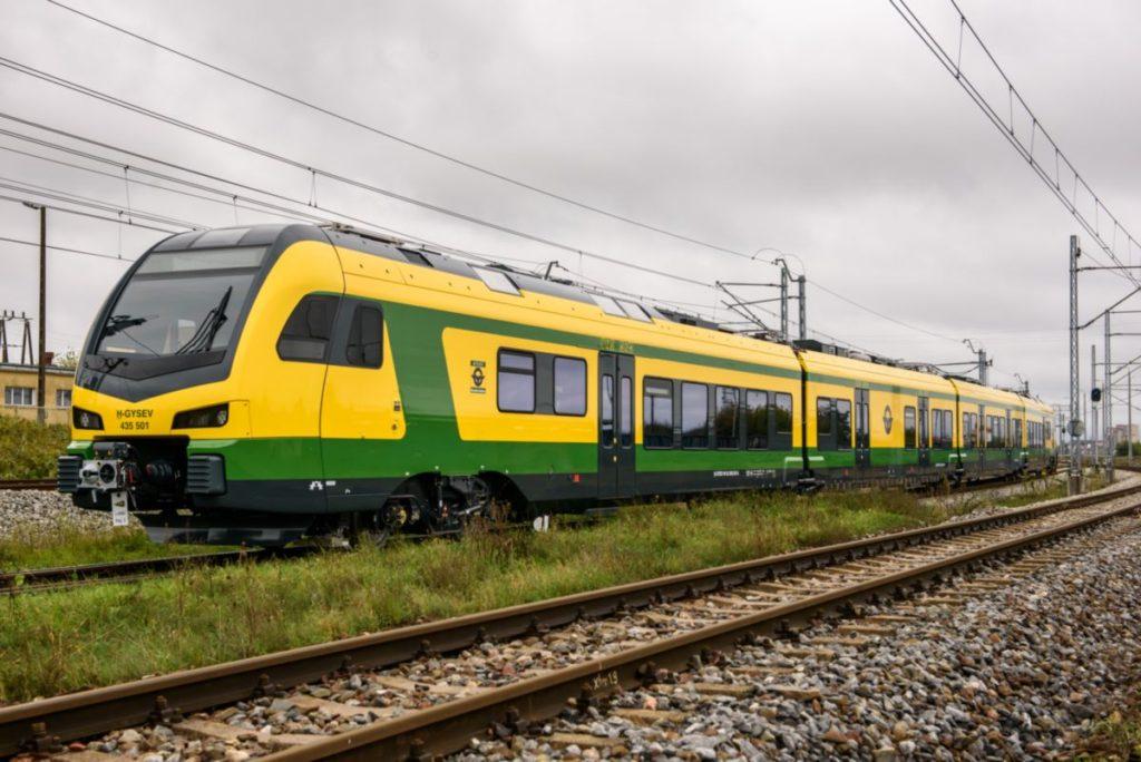 Kigördült a gyárból a Stadler GYSEV-nek gyártott első, új generációs FLIRT motorvonata