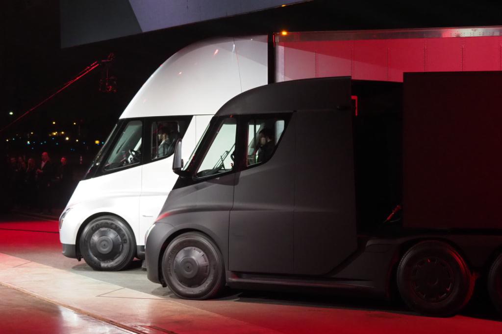 A UPS máris 125 darabot rendelt a Tesla új elektromos teherautójából