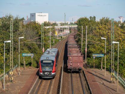 Indokolt-e kétvágányú vasútvonalak hónapokon át tartó teljes lezárása?