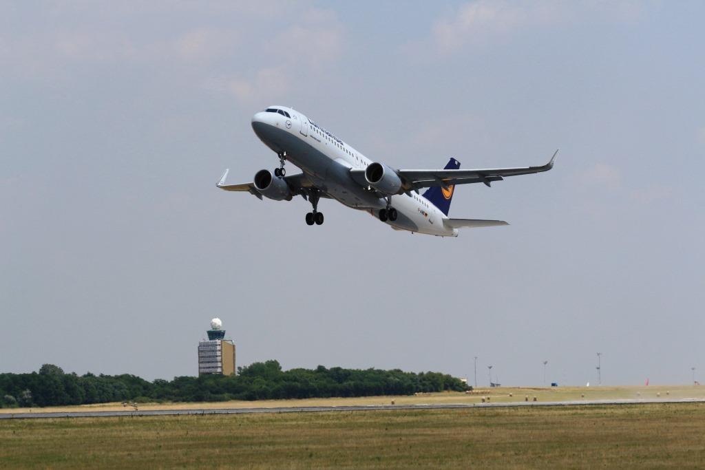 Egyszerre három magyar repülőtér forgalmát irányította egyetlen légiforgalmi irányító